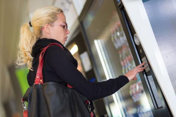 peronne à un distributeur automatique de boissons